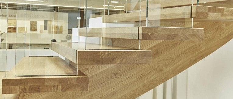 Treppen aus Echtholz, die verbinden